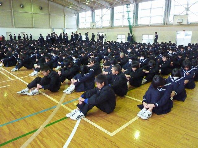 校長講話 話をする人の方向を向いて聴きます。 寒風の中出初め式に臨む人... 浜松市立天竜中学校